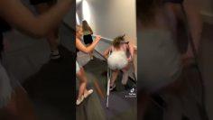 Mujer en muletas se cae
